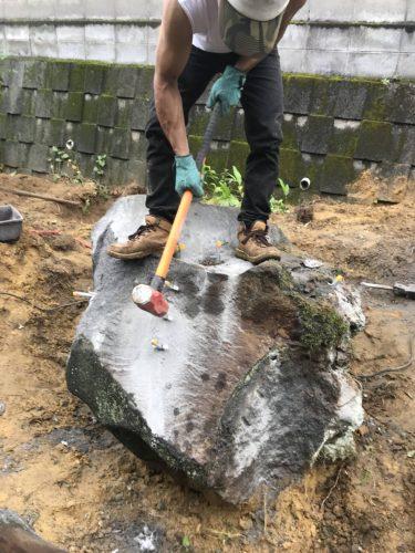 庭石をセリ矢で割る